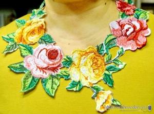 Вышитая цветочная горловина на платье