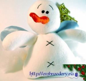 Вышитая мягкая игрушка снеговик