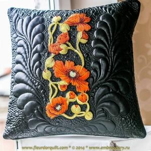 Вышитая декоративная подушка