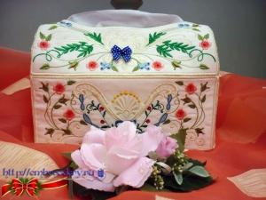 Вышитая декоративная коробка для салфеток